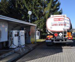 Plnění čerpací stanice na letecká paliva na letišti LKBE v Benešově