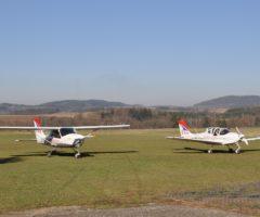 Piloti usedají do letadel a chystají se ke startu svých strojů z letiště v Benešově