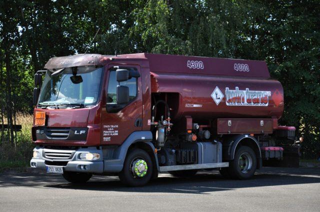 Cisterna DAF45 pro letecký a automobilový benzín