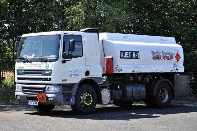 Cisterna DAF 75 pro letecký benzín JET A-1 a automobilový benzín bez biokomponent