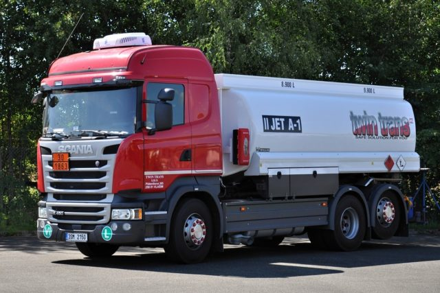 Cisterna Scania R450 pro letecký palivo AVGAS